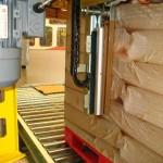 Automatisches Abschneiden und Verschweißen der Folie an der Palette und pneumatisches System, gesteuert durch Sensoren oder Kontaktgeber.